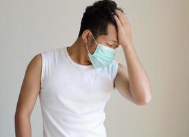 asiatisk man som bär en ansiktsmask foto