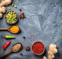olika kryddor på grungebakgrund foto