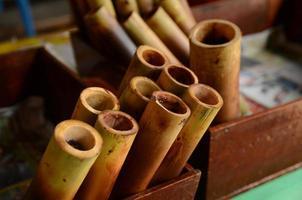 arrrang av glutinösa ris som rostas i bambuskört, Thailand