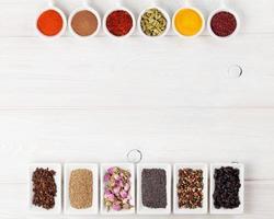 olika kryddor på vit träbakgrund