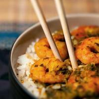 curry räkor räkor och ris i en skål karibisk mat foto