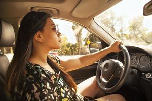 kvinna som kör en bil foto