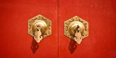 röd kinesisk antik dörr med gyllene handtag