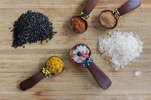olika kryddor, ordnade foto