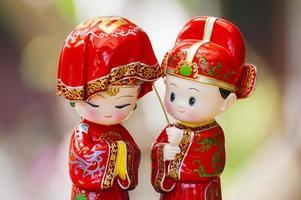 två asiatiska bröllopsceremonidockor foto