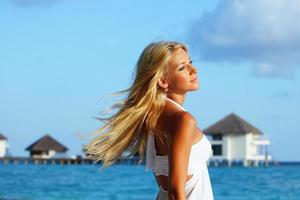 kvinna på tropisk strand foto