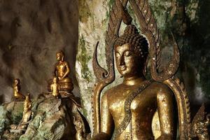 buddha statyer i en grotta