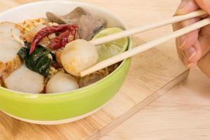 tom yum kryddig soppnudel: thailändsk mat foto