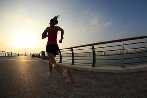ung fitness kvinna löpare kör vid havet