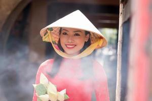 kvinna i konisk hatt foto
