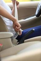 kvinnoförare spänne i säkerhetsbältet innan du kör bil foto