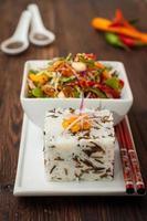 thailändsk sallad med paprika, jordnötter och gurka