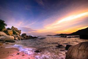 vågor och stenar vid phanrang-Vietnam vid solnedgången