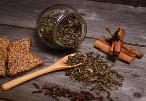 grönt te, kakor och kanel på nära håll foto