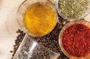 kryddor på träplats foto