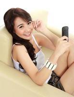 ung skönhet tjej med handtelefon foto