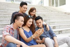 vänner tittar på bilder foto