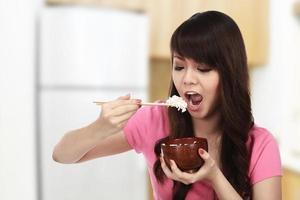 kvinna som äter japansk mat foto