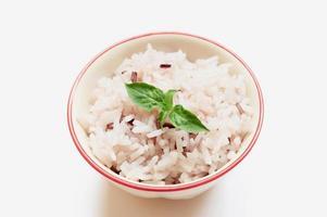 selektivt fokusblad, ris, skål på den vita bakgrunden. foto