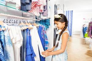 vacker asiatisk tjej med blommatillbehör i butik foto