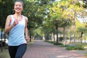 kvinna som joggar på park foto