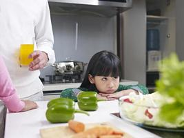 liten flicka i köket foto