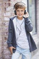 ung pojke som bär hörlurar, porträtt foto
