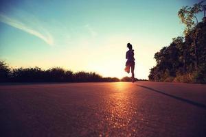 löpare idrottare springa vid havet road.vintage effekt foto