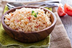 ris med tomater och lök foto