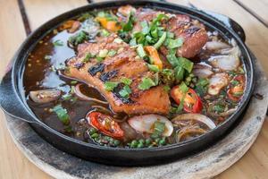 thai kryddig grillad fläsk på varm tallrik
