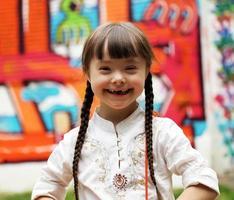 porträtt av glad ung flicka foto