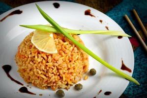 brunt ris med kapris, citron, gräslök och balsamvinäger foto