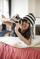 mitten av vuxen kvinna med omedelbar kamera foto
