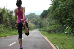 kvinna löpare värma upp utomhus foto
