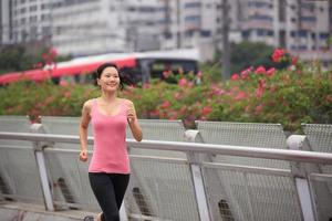 frisk asiatisk kvinna som kör i modern stad foto