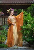 thai kvinna i traditionell dräkt