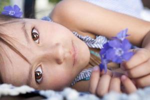 ung flicka som ligger på sin sida foto
