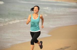 fitness sport kvinna jogging på stranden foto