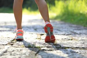 löpare idrottare springa på skogsstig.