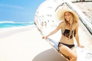 ung kvinna på stranden foto