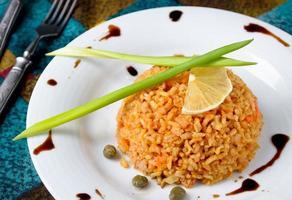 brunt ris med kapris, citron, gräslök och balsamvinäger