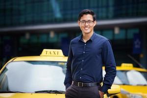 porträtt taxichaufför leende bil kör lycklig foto