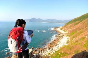 vandring kvinna använda TabletPC havet foto