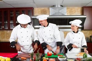 professionella kockar som lagar mat foto