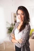 glad ung affärskvinna fastighetsmäklare besöker hus försäljning hyra foto