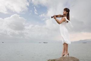 kvinna som spelar fiol foto