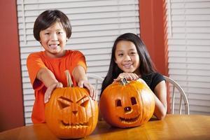 barn med halloween pumpor foto