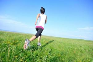 löpare idrottare kör på gräsmark foto