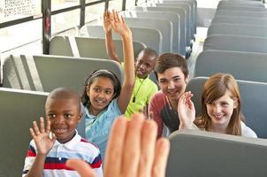 tonåringar och barn i skolbussen - x