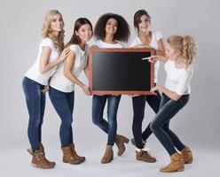 vackra flickor med tom svart tavla